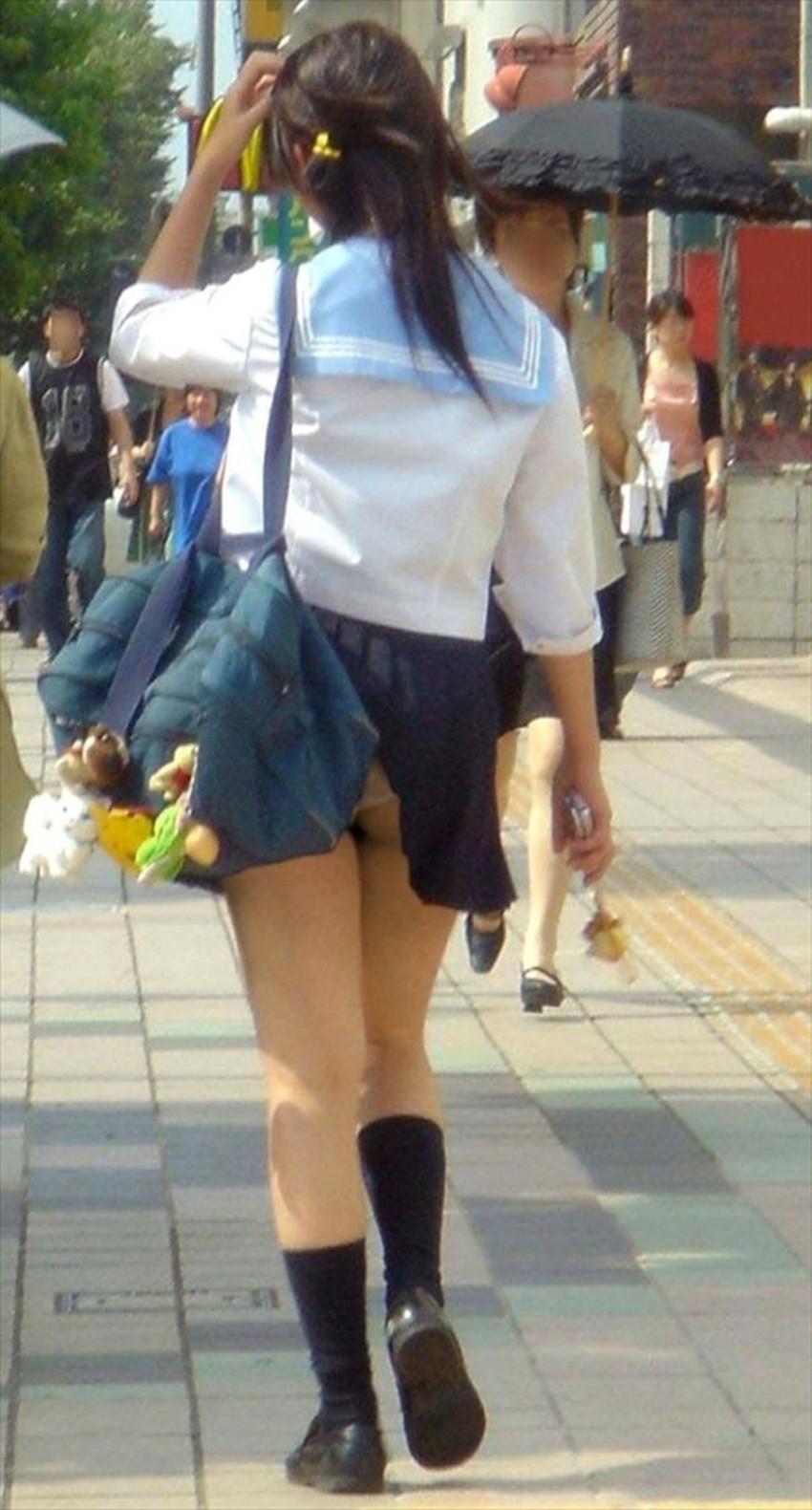 【巻き込みスカートエロ画像】制服JKやミニスカ女子達がトイレ後パンティーやバッグにスカート巻き込んで素人パンティー丸見え状態な巻き込みスカートのエロ画像集ww【80枚】 58