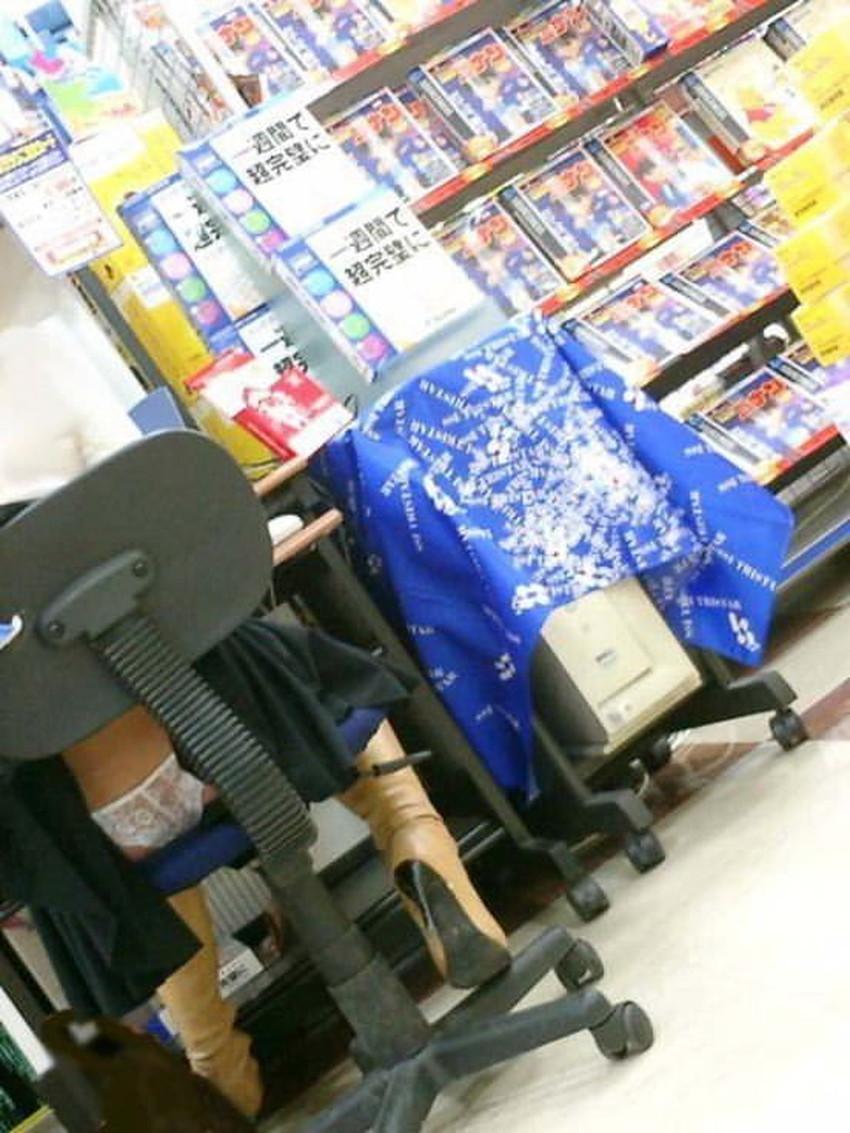 【巻き込みスカートエロ画像】制服JKやミニスカ女子達がトイレ後パンティーやバッグにスカート巻き込んで素人パンティー丸見え状態な巻き込みスカートのエロ画像集ww【80枚】 61