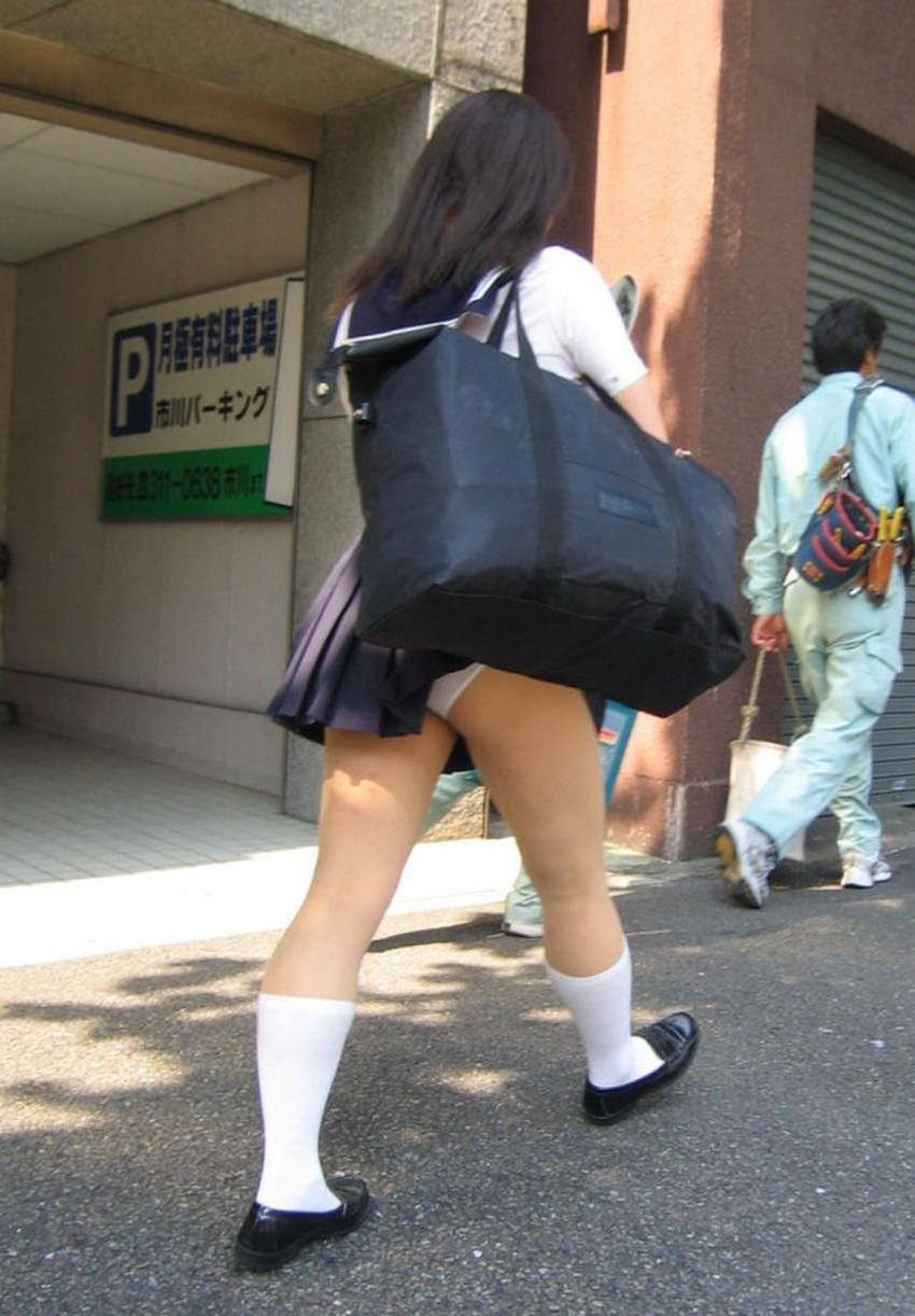【巻き込みスカートエロ画像】制服JKやミニスカ女子達がトイレ後パンティーやバッグにスカート巻き込んで素人パンティー丸見え状態な巻き込みスカートのエロ画像集ww【80枚】 64