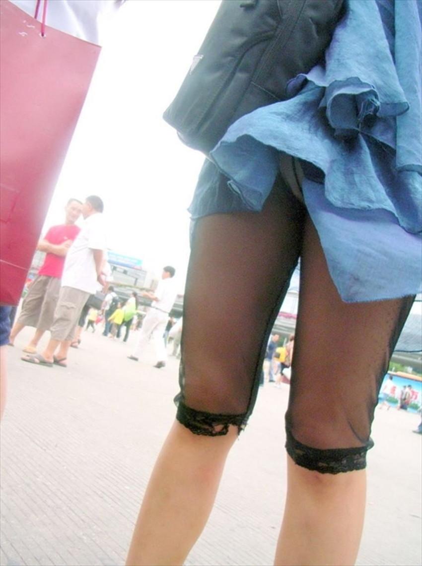 【巻き込みスカートエロ画像】制服JKやミニスカ女子達がトイレ後パンティーやバッグにスカート巻き込んで素人パンティー丸見え状態な巻き込みスカートのエロ画像集ww【80枚】 69