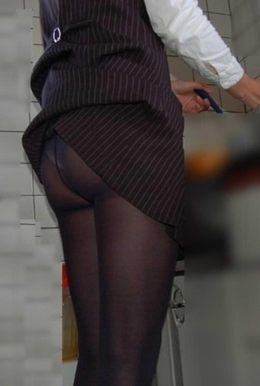 【巻き込みスカートエロ画像】制服JKやミニスカ女子達がトイレ後パンティーやバッグにスカート巻き込んで素人パンティー丸見え状態な巻き込みスカートのエロ画像集ww【80枚】 72