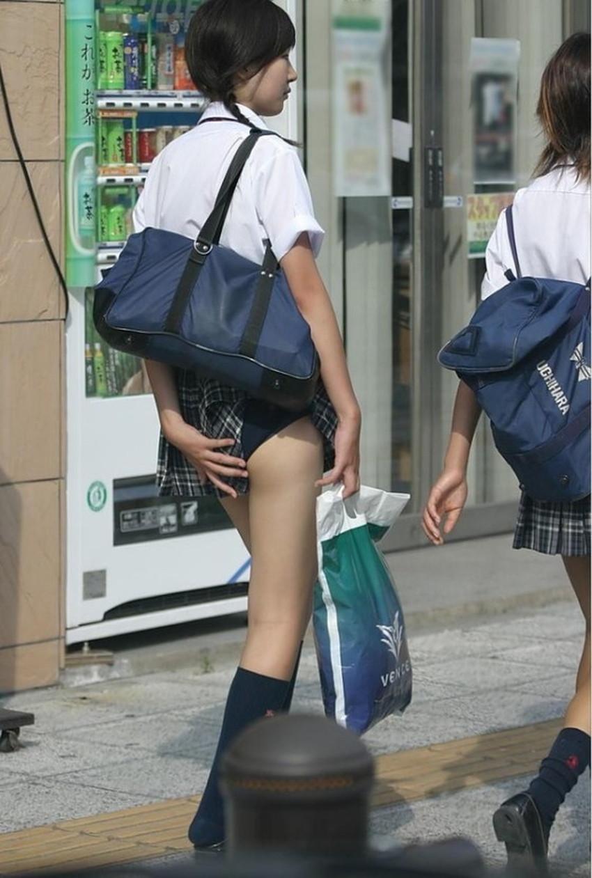 【巻き込みスカートエロ画像】制服JKやミニスカ女子達がトイレ後パンティーやバッグにスカート巻き込んで素人パンティー丸見え状態な巻き込みスカートのエロ画像集ww【80枚】 75