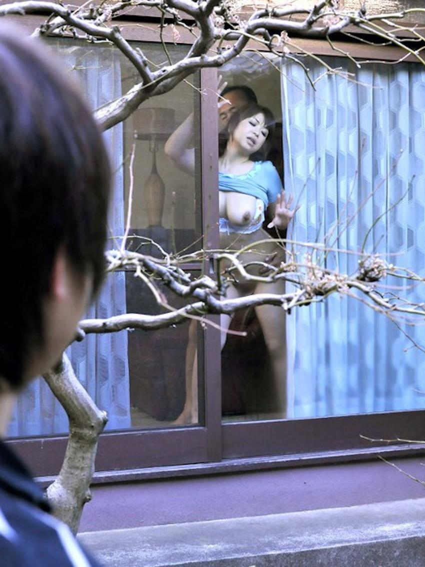 【窓際セックスエロ画像】人にセックスを見られたい変態カップルたちがホテルや自宅の窓際でフェラやガチハメしてる窓際セックスのエロ画像集!ww【80枚】 30