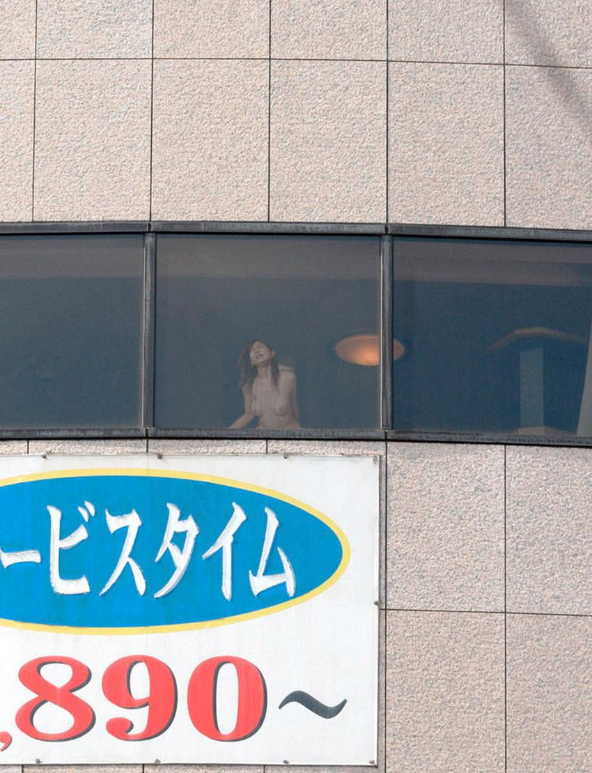 【窓際セックスエロ画像】人にセックスを見られたい変態カップルたちがホテルや自宅の窓際でフェラやガチハメしてる窓際セックスのエロ画像集!ww【80枚】 51