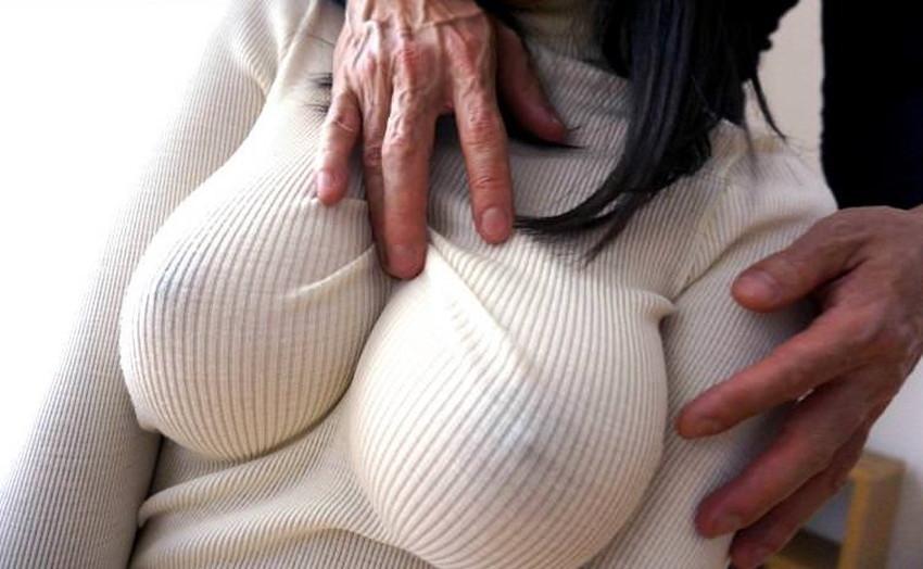 【ニット乳エロ画像】セーターやタートルネックが爆乳ではちきれそうなデカパイ女子達のニット乳のエロ画像集!ww【80枚】 14