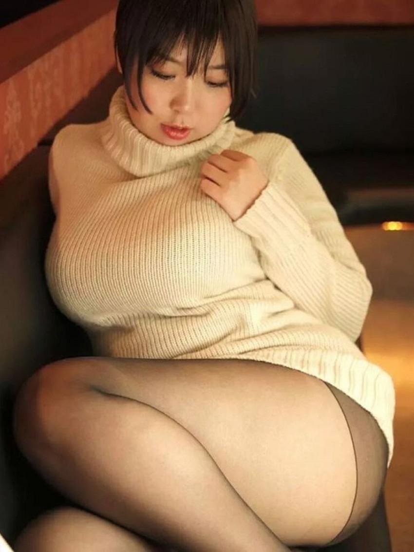 【ニット乳エロ画像】セーターやタートルネックが爆乳ではちきれそうなデカパイ女子達のニット乳のエロ画像集!ww【80枚】 50