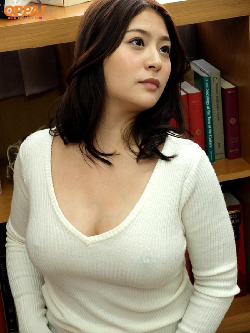 【ニット乳エロ画像】セーターやタートルネックが爆乳ではちきれそうなデカパイ女子達のニット乳のエロ画像集!ww【80枚】 59