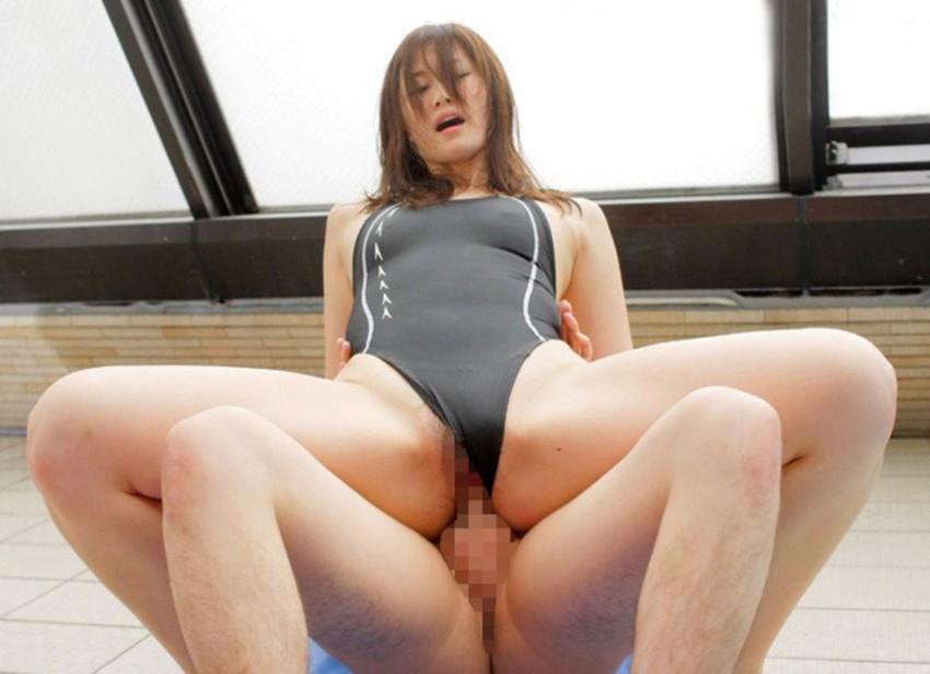 【水着セックスエロ画像】ビーチやプールで美女の水着姿に興奮してそのまま乳首弄ってビキニずらしてガチハメしちゃった水着セックスのエロ画像集!ww【80枚】 10