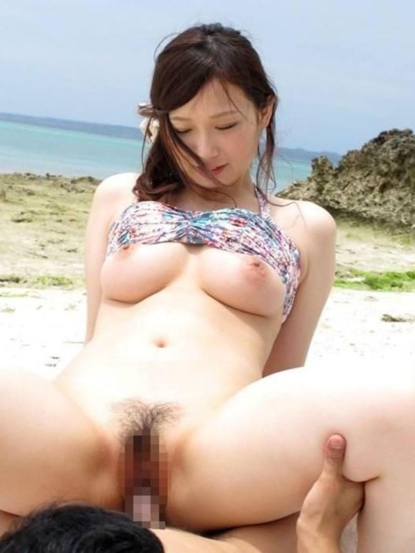 【水着セックスエロ画像】ビーチやプールで美女の水着姿に興奮してそのまま乳首弄ってビキニずらしてガチハメしちゃった水着セックスのエロ画像集!ww【80枚】 52