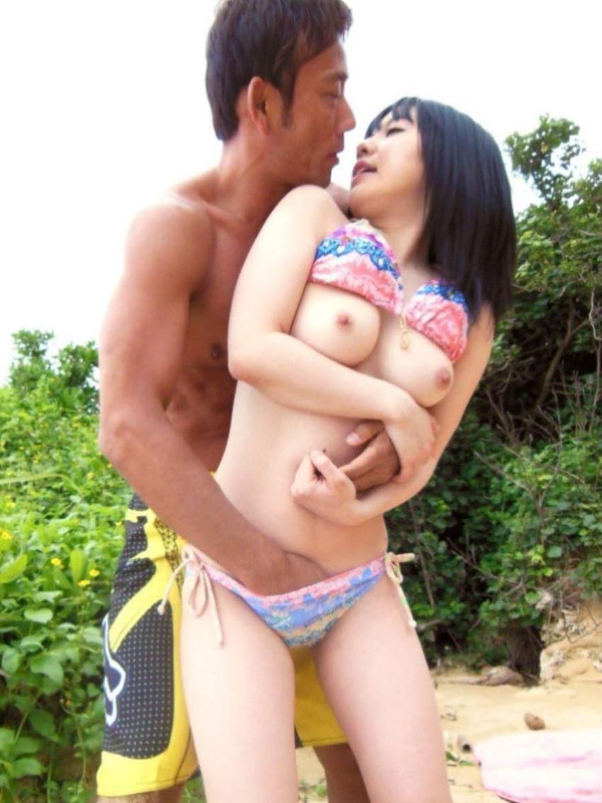 【水着セックスエロ画像】ビーチやプールで美女の水着姿に興奮してそのまま乳首弄ってビキニずらしてガチハメしちゃった水着セックスのエロ画像集!ww【80枚】 55