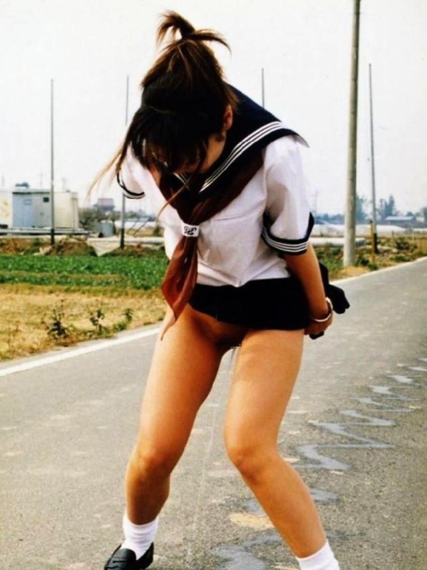 【女の立ちションエロ画像】清楚なお嬢さんが屋外で立ったままおまんこくぱぁして放尿!恍惚の表情でおしっこする女の立ちションのエロ画像集!ww【80枚】 25