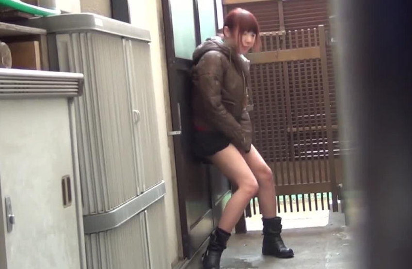 【女の立ちションエロ画像】清楚なお嬢さんが屋外で立ったままおまんこくぱぁして放尿!恍惚の表情でおしっこする女の立ちションのエロ画像集!ww【80枚】 52