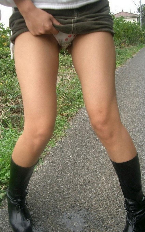 【女の立ちションエロ画像】清楚なお嬢さんが屋外で立ったままおまんこくぱぁして放尿!恍惚の表情でおしっこする女の立ちションのエロ画像集!ww【80枚】 63