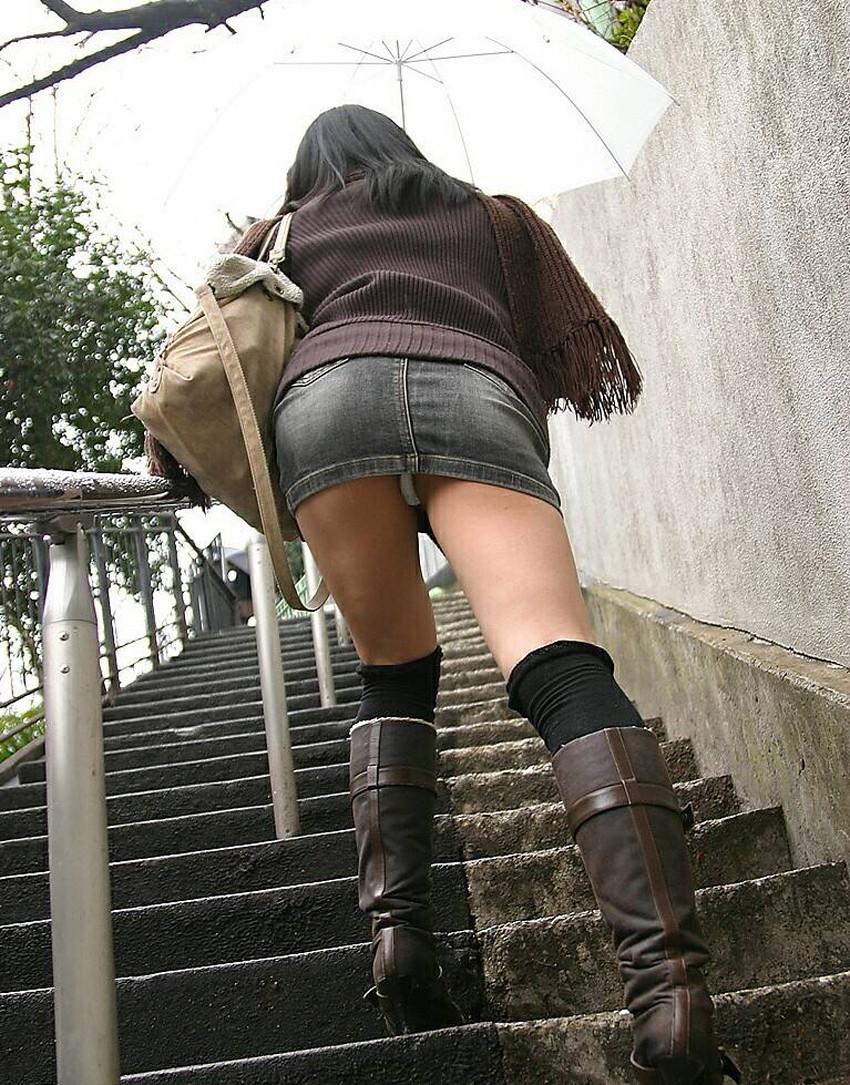 【ローアングルパンチラエロ画像】素人娘のパンティーを階段や店内だけでなく電車内でも下から盗撮したったローアングルパンチラのエロ画像集!ww【80枚】 27