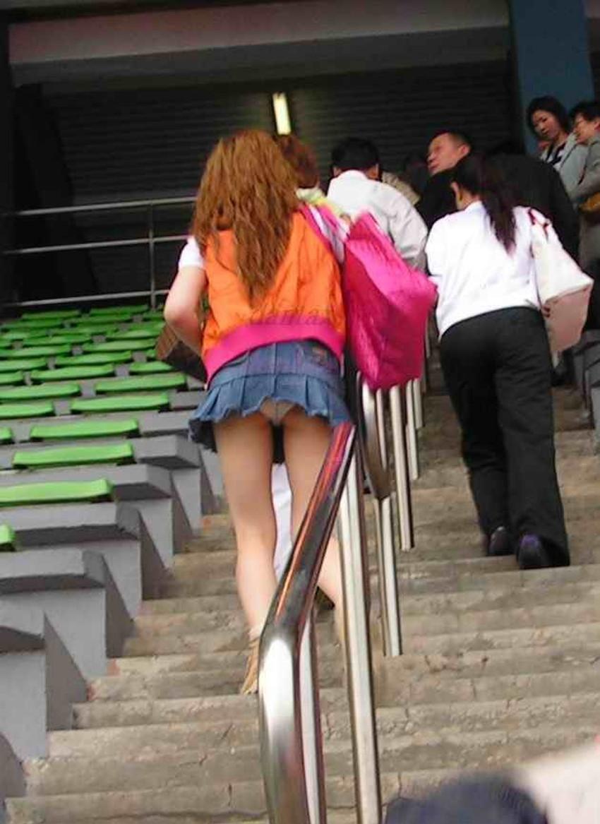 【ローアングルパンチラエロ画像】素人娘のパンティーを階段や店内だけでなく電車内でも下から盗撮したったローアングルパンチラのエロ画像集!ww【80枚】 60