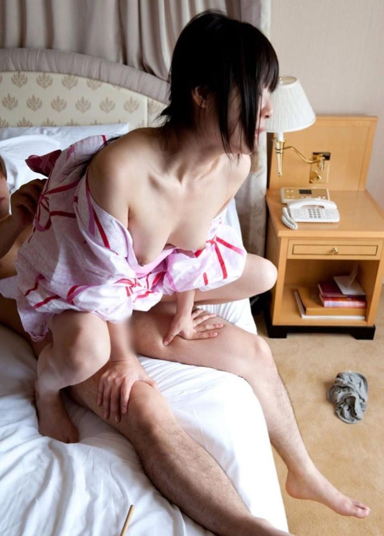 【浴衣セックスエロ画像】夏祭りで浴衣の美少女にフェラさせて、不倫旅行の温泉で浴衣の人妻と浮気してる浴衣セックスのエロ画像集!ww【80枚】 40