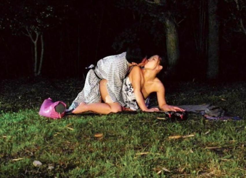 【浴衣セックスエロ画像】夏祭りで浴衣の美少女にフェラさせて、不倫旅行の温泉で浴衣の人妻と浮気してる浴衣セックスのエロ画像集!ww【80枚】 76