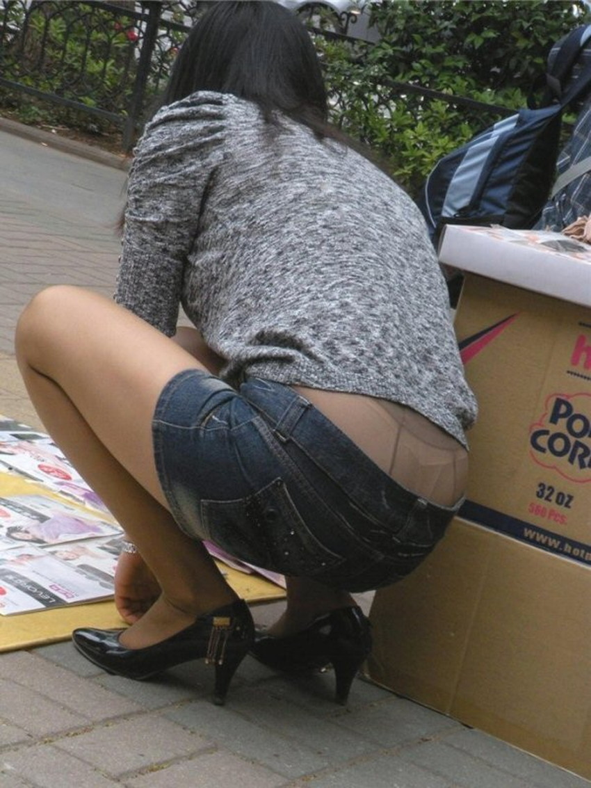 【腰パンチラエロ画像】しゃがんだ素人娘の背中からパンティーやTバック、尻のワレメやパンツのタグが丸見え状態になってる腰パンチラのエロ画像集ww【80枚】 31