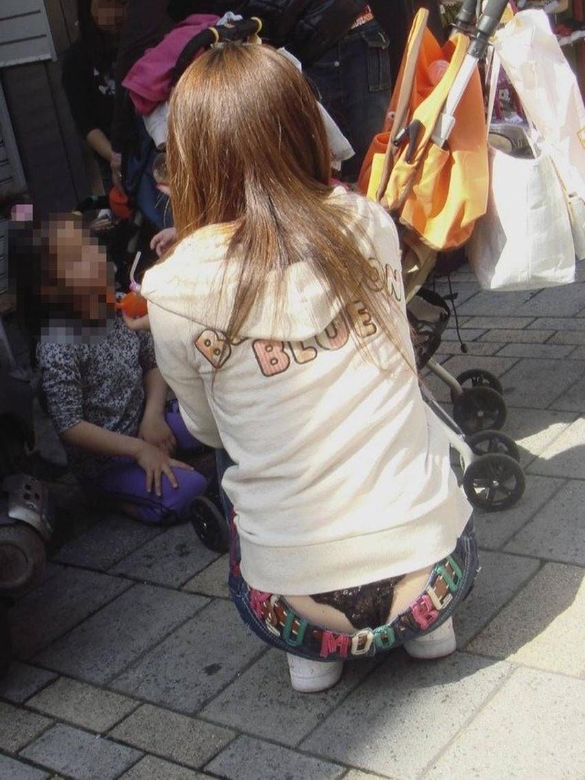 【腰パンチラエロ画像】しゃがんだ素人娘の背中からパンティーやTバック、尻のワレメやパンツのタグが丸見え状態になってる腰パンチラのエロ画像集ww【80枚】 36