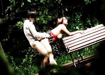 【公園セックスエロ画像】制服JKが真っ昼間っから公園の木陰でイチャラブセックスしてたり泥酔OLが深夜の公園でガチハメしてるところを盗撮した公園セックスのエロ画像集!ww【80枚】