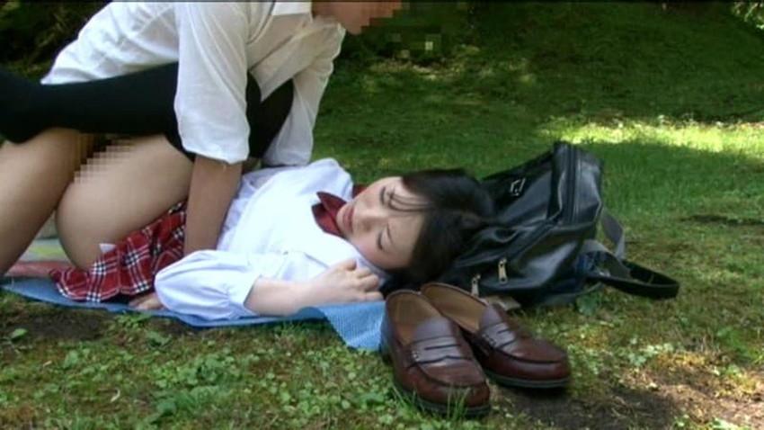 【公園セックスエロ画像】制服JKが真っ昼間っから公園の木陰でイチャラブセックスしてたり泥酔OLが深夜の公園でガチハメしてるところを盗撮した公園セックスのエロ画像集!ww【80枚】 43