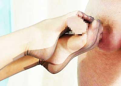 【パンスト足コキエロ画像】美脚な人妻が他人棒をパンスト装着状態で足コキしたり、ニーソや黒タイツの小悪魔女子もパンモロ状態でセンズリしてくれてるパンスト足コキのエロ画像集ww【80枚】