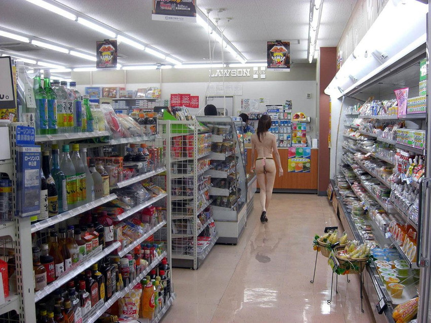 【コンビニ露出エロ画像】コンビニ行ったら痴女で露出狂の客や店員がおっぱいやおまんこ露出してちんぽを欲しがってたコンビニ露出のエロ画像集!ww【80枚】 19