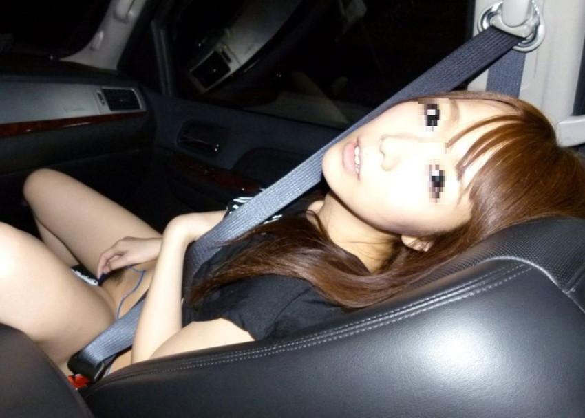 【車内オナニーエロ画像】助手席のドマゾ娘がオナニーしてるところを運転席から眺めて調教してる車内オナニーのエロ画像集!ww【80枚】 18