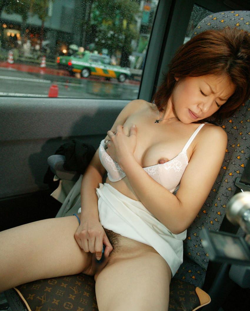 【車内オナニーエロ画像】助手席のドマゾ娘がオナニーしてるところを運転席から眺めて調教してる車内オナニーのエロ画像集!ww【80枚】 29