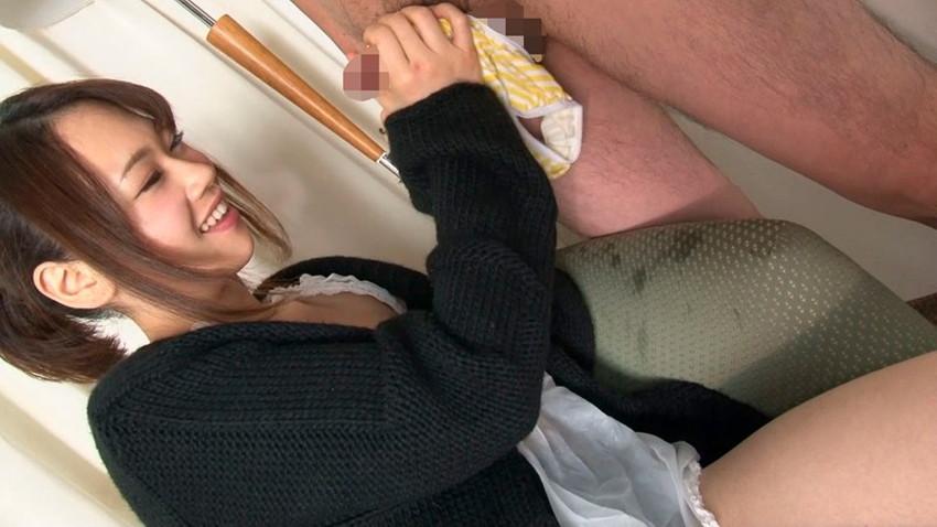 【パンツコキエロ画像】ヤリマンJKや小悪魔ビッチが脱ぎたてパンティーをM男のちんぽに巻きつけオラオラと手コキをしているパンツコキのエロ画像集!ww【80枚】 11