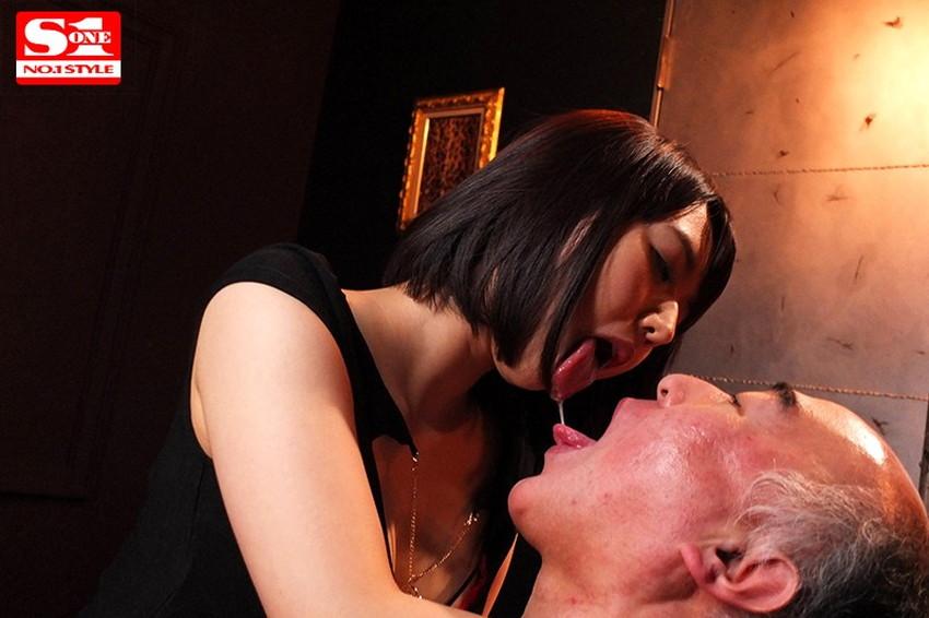 【唾液交換エロ画像】変態娘がロリコンおっさんの口内に唾液を垂らしたり、レズビアン女子たちがベロチューしながら唾液で糸を引いてる唾液交換のエロ画像集ww【80枚】 05