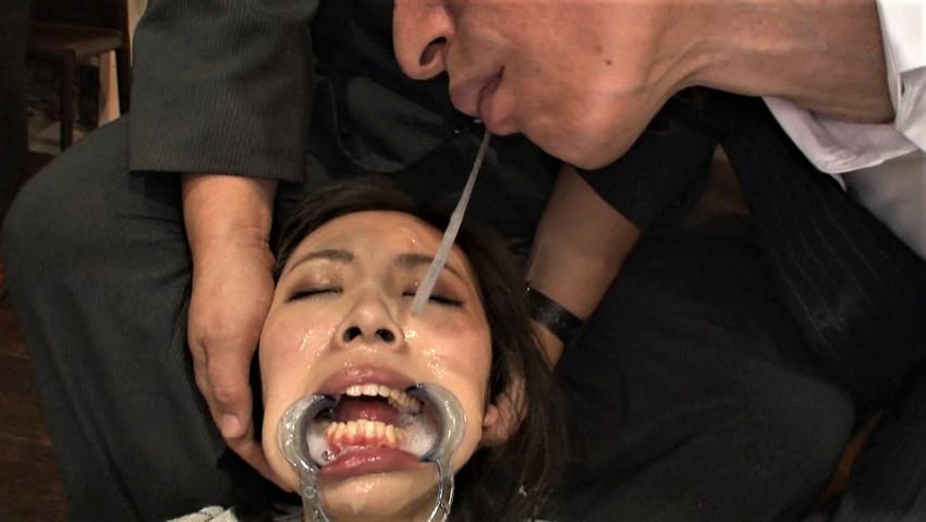 【唾液交換エロ画像】変態娘がロリコンおっさんの口内に唾液を垂らしたり、レズビアン女子たちがベロチューしながら唾液で糸を引いてる唾液交換のエロ画像集ww【80枚】 64