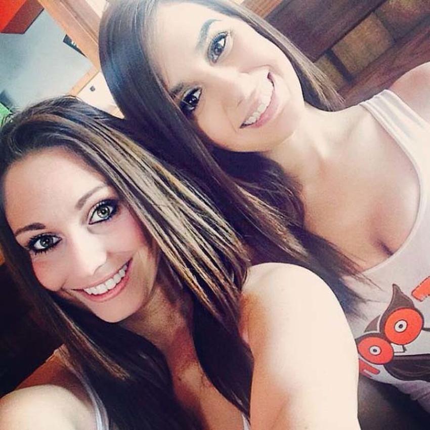 【フーターズエロ画像】デカパイお姉さんが胸チラしてるピタTとパツパツのショーパンで接客してくれるフーターズのエロ画像集!w【80枚】 27