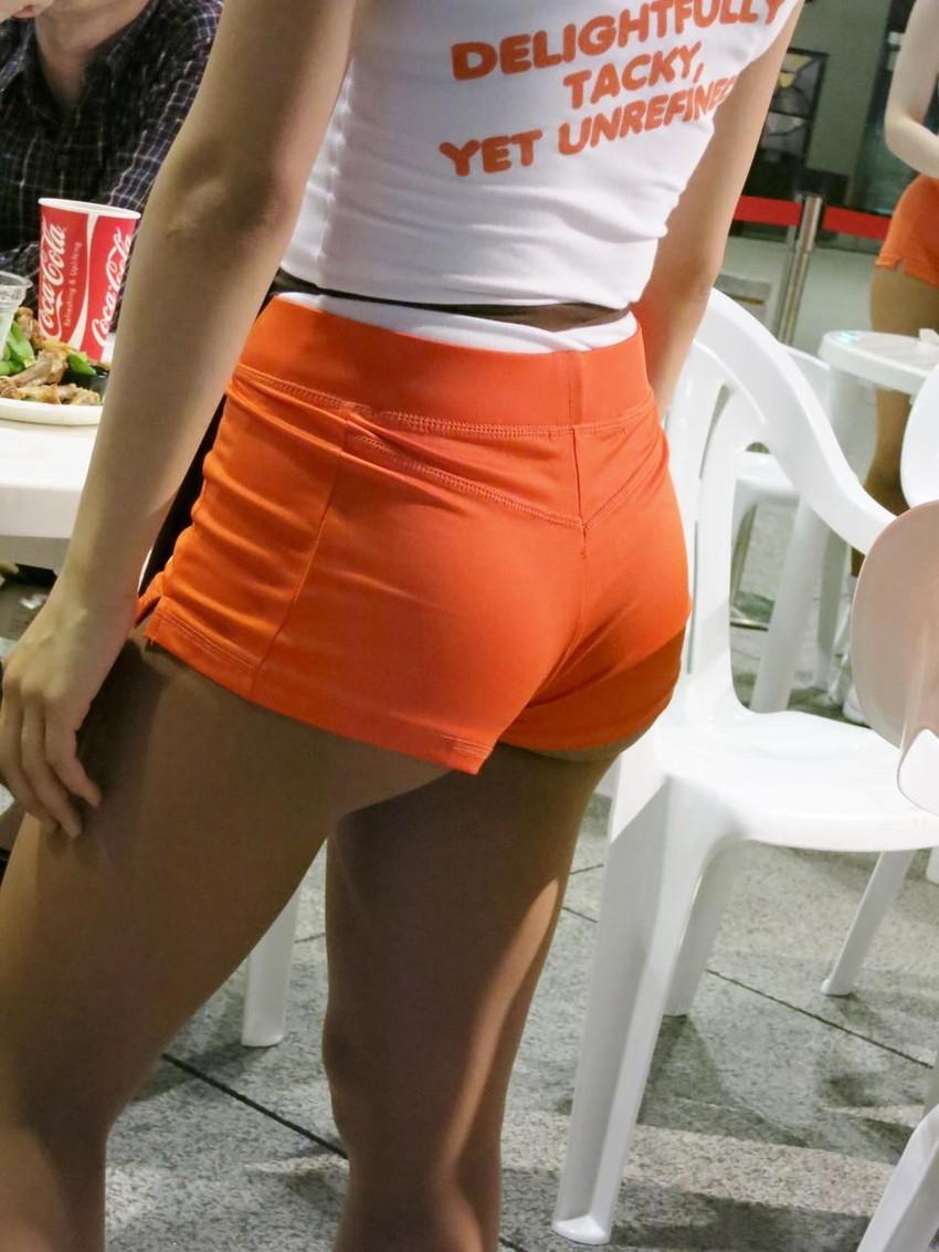 【フーターズエロ画像】デカパイお姉さんが胸チラしてるピタTとパツパツのショーパンで接客してくれるフーターズのエロ画像集!w【80枚】 48