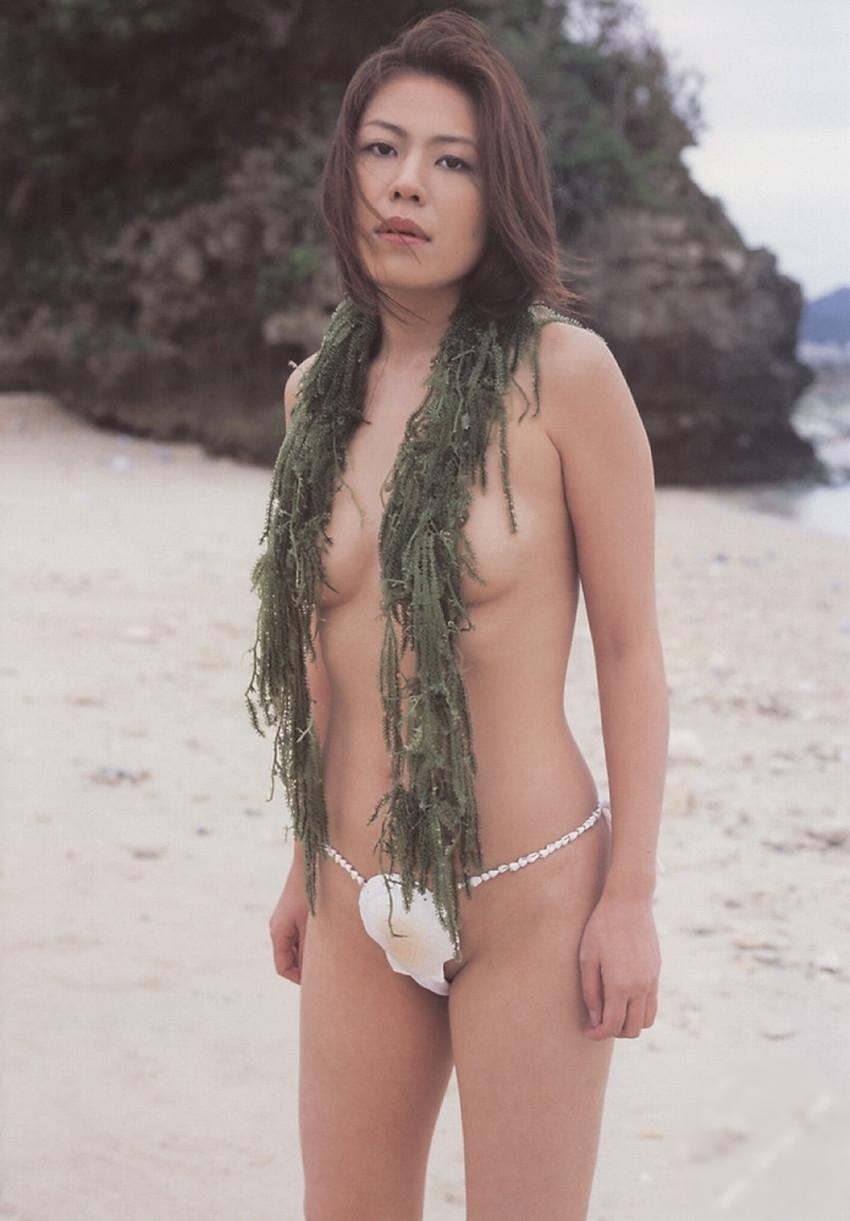 【貝殻水着エロ画像】くびれボインのお姉さんが海が好きすぎて貝殻でできたマイクロビキニを着てる貝殻水着のエロ画像集!w【80枚】 16