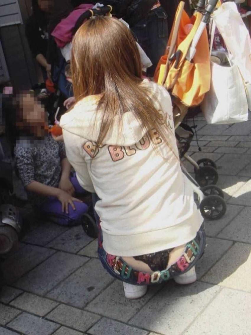 【ローライズ半ケツエロ画像】ローライズデニムの素人お姉さんがしゃがみパンチラで美尻のワレ目も見えてるローライズ半ケツのエロ画像集!w【80枚】 33
