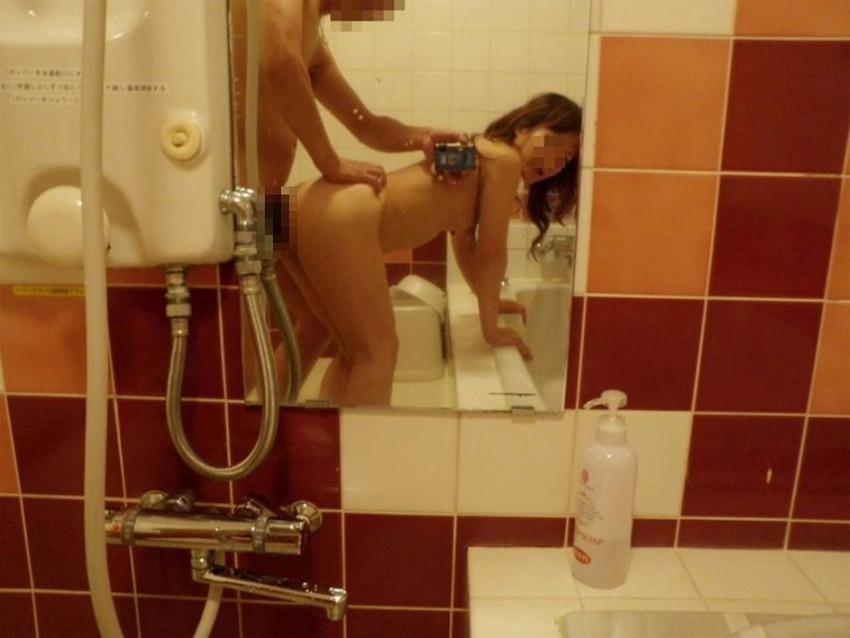 【鏡前セックスエロ画像】洗面台の鏡の前でハメ撮りしたり全身鏡に映しながら潮吹き手マンされてる鏡前セックスのエロ画像集!w【80枚】 16