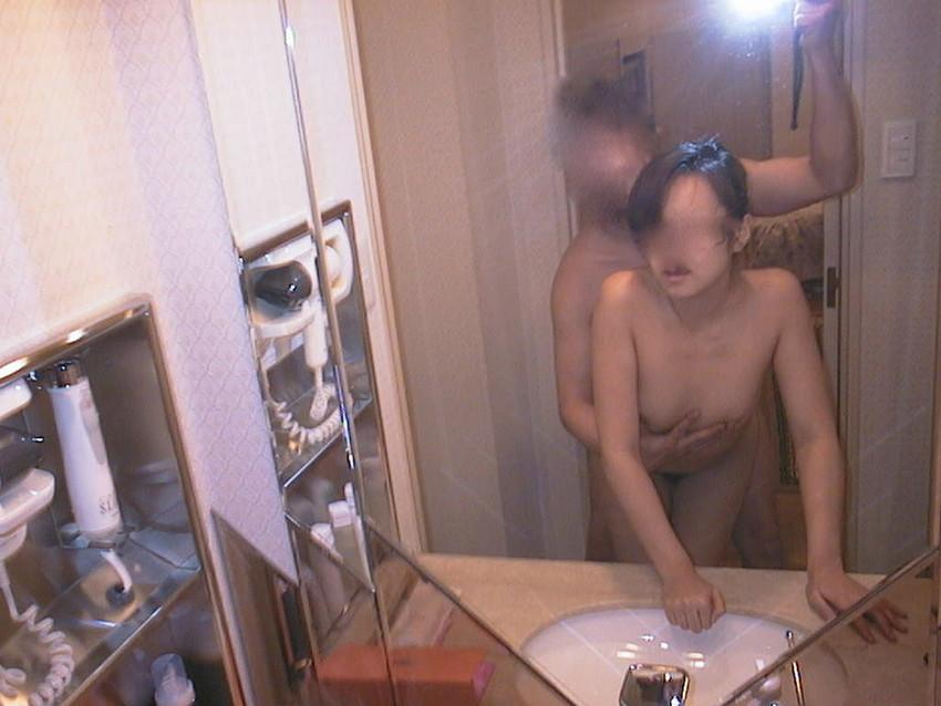 【鏡前セックスエロ画像】洗面台の鏡の前でハメ撮りしたり全身鏡に映しながら潮吹き手マンされてる鏡前セックスのエロ画像集!w【80枚】 22