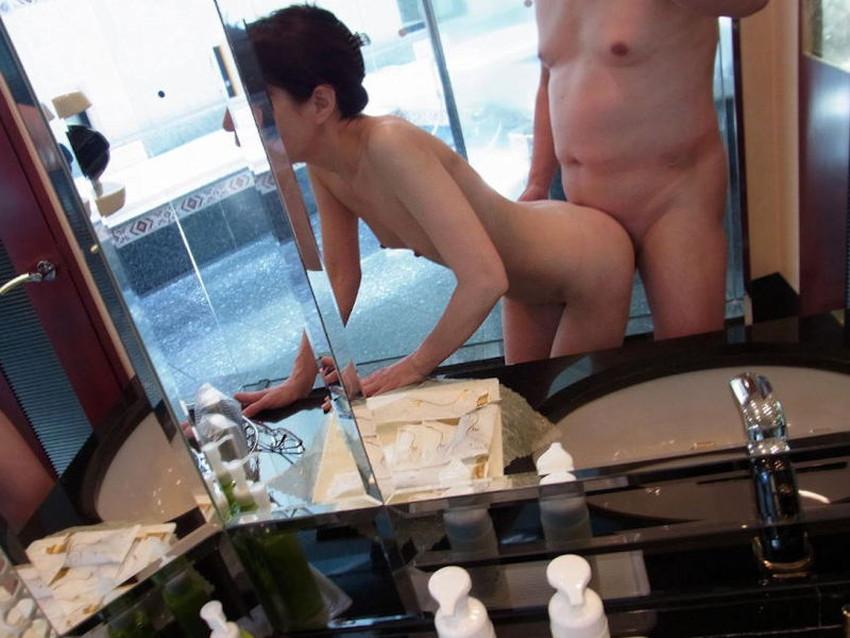 【鏡前セックスエロ画像】洗面台の鏡の前でハメ撮りしたり全身鏡に映しながら潮吹き手マンされてる鏡前セックスのエロ画像集!w【80枚】 26