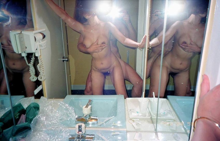 【鏡前セックスエロ画像】洗面台の鏡の前でハメ撮りしたり全身鏡に映しながら潮吹き手マンされてる鏡前セックスのエロ画像集!w【80枚】 72