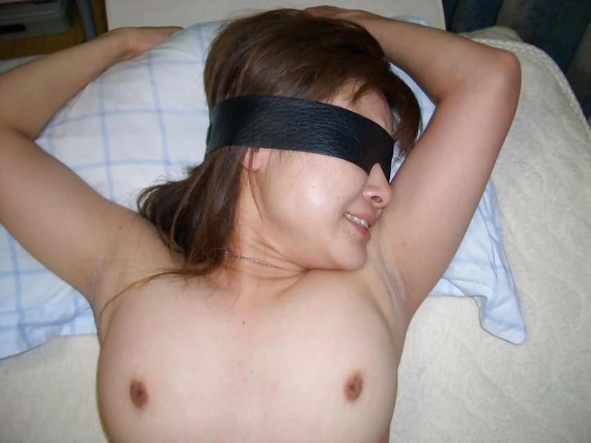 【目隠し調教エロ画像】美女に目隠しさせて乳首舐めやクンニしたら痙攣しながら反応しちゃってる目隠し調教のエロ画像集!ww【80枚】 04