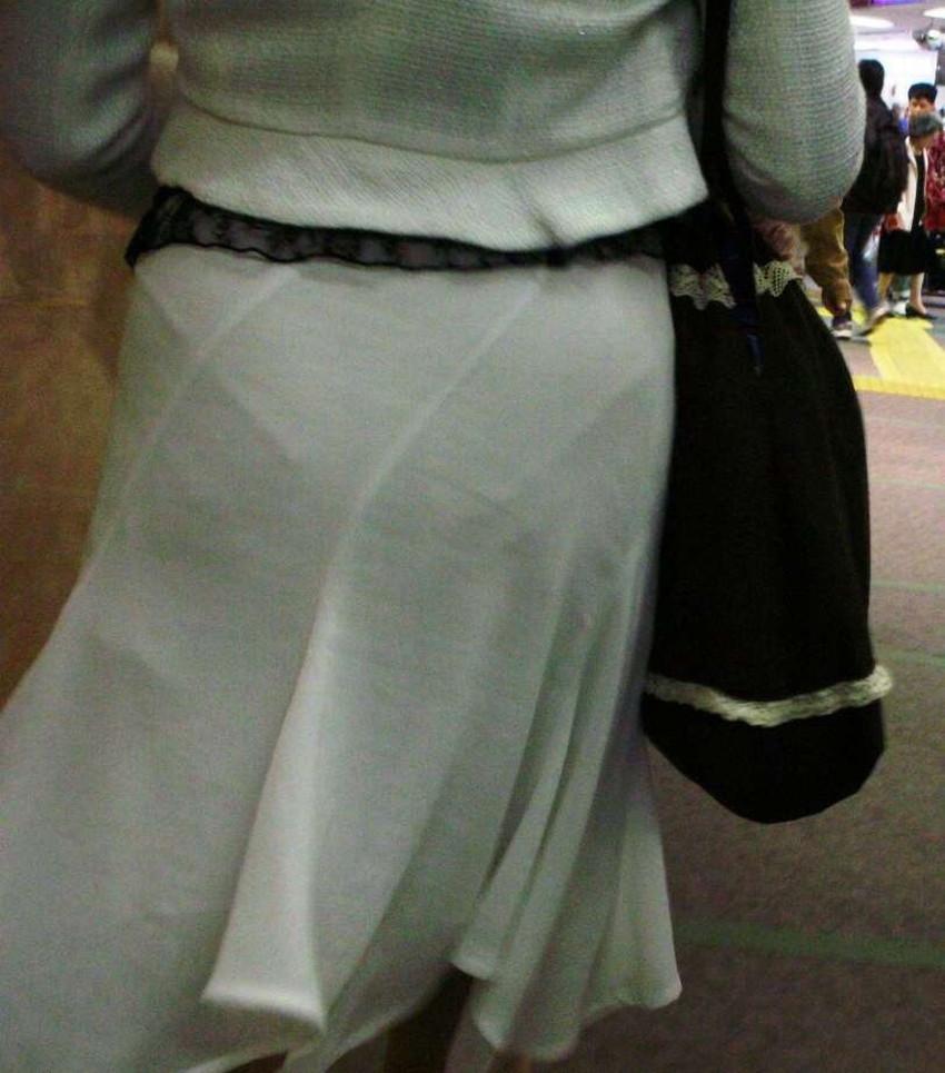 【透けパンツエロ画像】パンツ丸見えよりもタイトスカートや履いて下着が透けてる素人女子のほうが興奮しちゃう透けパンツのエロ画像酒!ww【80枚】 23