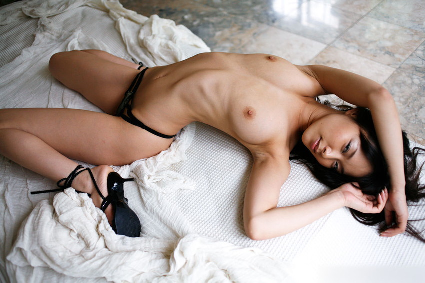 【肋骨エロ画像】巨乳なのに肋骨が浮き出るくびれボイン美女や肋骨が美しいスレンダー女子達の肋骨エロ画像集!ww【80枚】 07