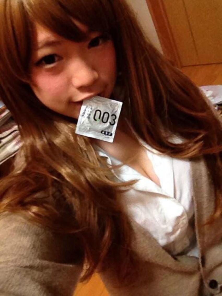 【咥えコンドームエロ画像】今にもコンドームをフェラで装着してくれそうな咥えコンドームのエロ画像集!ww【80枚】 29