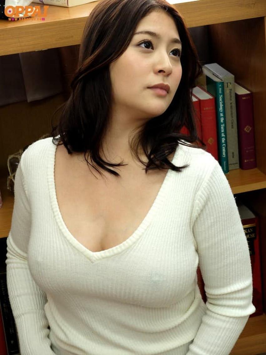 【ニット乳エロ画像】爆乳をキツキツのセーターでアピールして着衣巨乳がエロ過ぎるニット乳のエロ画像集!ww【80枚】 04