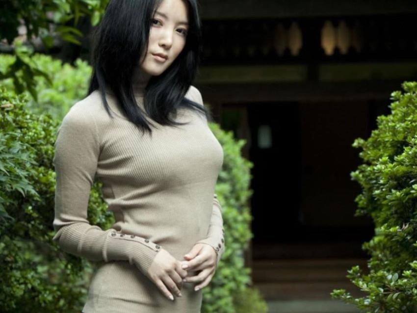 【ニット乳エロ画像】爆乳をキツキツのセーターでアピールして着衣巨乳がエロ過ぎるニット乳のエロ画像集!ww【80枚】 40