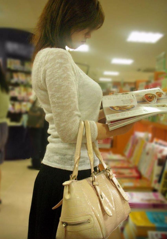【ニット乳エロ画像】爆乳をキツキツのセーターでアピールして着衣巨乳がエロ過ぎるニット乳のエロ画像集!ww【80枚】 51