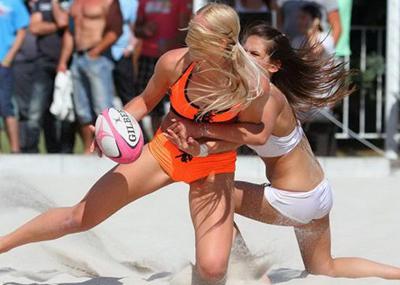 【アスリートエ□画像】「ビーチラグビー」とかいうポロリ、喰い込み連打の新手の性競技wwwwwwwwwwww(画像あり)