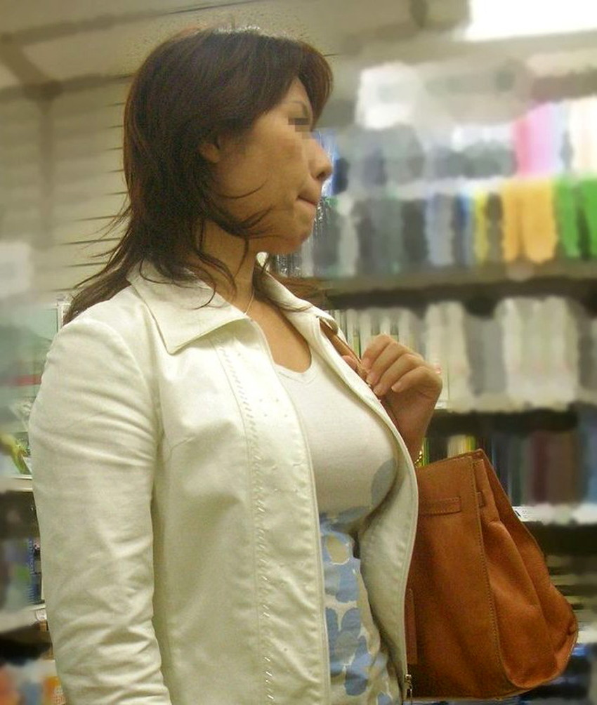 【着衣巨乳エロ画像】こんな見事な巨乳おっぱい揉んでみたいのは男の性! 21