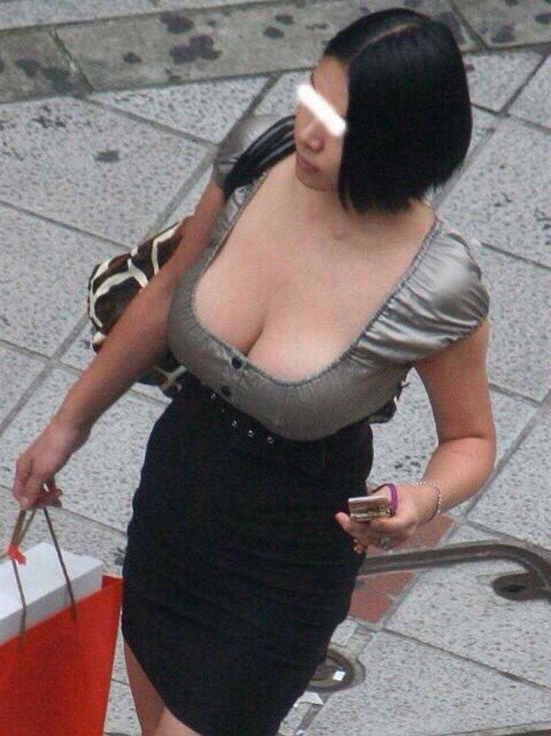 【着衣巨乳エロ画像】こんな見事な巨乳おっぱい揉んでみたいのは男の性! 26